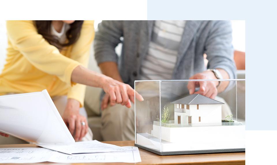家の模型を使用しての打ち合わせ